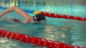 Geschikte vrouw die in de pool zwemmen stock video