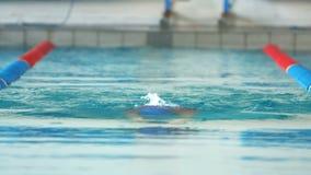 Geschikte vrouw die in de pool zwemmen stock footage