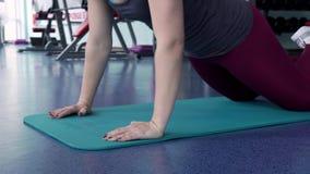 Geschikte Vrouw die Duwups Oefening doen bij de Gymnastiek stock footage