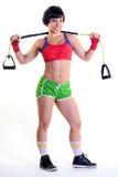 Geschikte vrouw die een oefeningsband houden stock foto