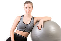 Geschikte Vrouw die een Pilates-Bal houden Stock Foto's