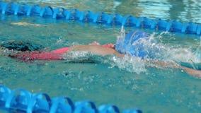 Geschikte vrouw die in het zwembad zwemmen stock videobeelden