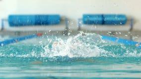 Geschikte vrouw die in het zwembad zwemmen stock footage