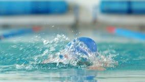 Geschikte vrouw die in het zwembad zwemmen stock video