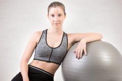 Geschikte Vrouw die Houdend een Pilates-Bal bevinden zich Stock Foto's