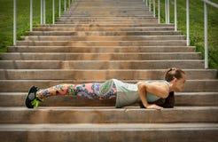 Geschikte vrouw die oefening op de treden doen Stock Foto's