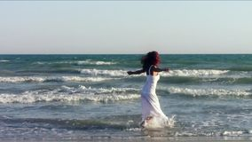 Geschikte vrouw die op strand dansen stock videobeelden