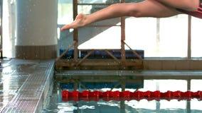 Geschikte vrouw die in pool duiken stock video
