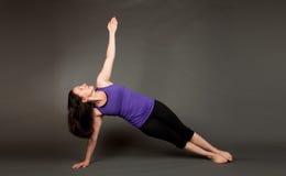Geschikte vrouw die yoga doet Royalty-vrije Stock Afbeeldingen