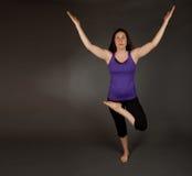 Geschikte vrouw die yoga doet Stock Afbeelding