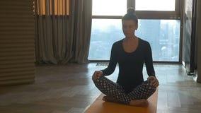 Geschikte vrouw die yoga op mat thuis in de slaapkamer doen Bevat gradiënt en het knippen masker stock footage