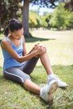 Geschikte vrouw met verwonde knie Royalty-vrije Stock Fotografie