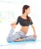 Geschikte vrouwelijke opleiding fysisch bij de gymnastiek royalty-vrije stock afbeeldingen