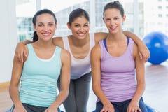Geschikte vrouwen die in oefeningsruimte glimlachen Royalty-vrije Stock Foto