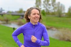 Geschikte vrouwenjogging op middelbare leeftijd royalty-vrije stock fotografie