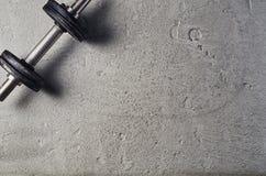 Geschiktheid of bodybuilding achtergrond Domoren op gymnastiekvloer, hoogste mening royalty-vrije stock foto