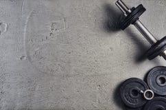 Geschiktheid of bodybuilding achtergrond Domoren op gymnastiekvloer, hoogste mening royalty-vrije stock afbeeldingen
