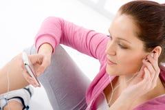 Geschiktheid - de vrouw luistert muziek mp3 ontspant Royalty-vrije Stock Afbeelding
