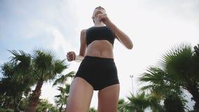 Geschiktheid die jogger bij tropische de joggingtraining van de parkgeschiktheid lopen Langzame Motie stock videobeelden