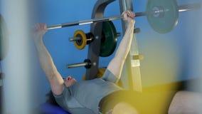 Geschiktheid: een mens is bij de gymnastiek stock video