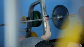 Geschiktheid: een mens is bij de gymnastiek stock footage