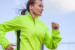Geschiktheid en gezonde levensstijlconcepten Vrouwelijke Atleet Having Running Exercise in openlucht royalty-vrije stock fotografie