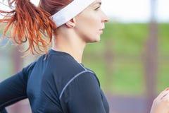 Geschiktheid en gezonde levensstijlconcepten Vrouwelijke Atleet Having Running Exercise in openlucht stock foto's