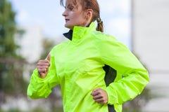 Geschiktheid en gezonde levensstijlconcepten Vrouwelijke Atleet Having Running Exercise in openlucht royalty-vrije stock afbeeldingen
