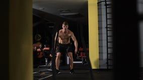 Geschiktheid het vechten kabels bij de geschiktheidsoefening van de gymnastiektraining stock videobeelden