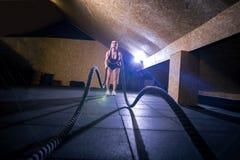 Geschiktheid het vechten kabels bij de geschiktheidsoefening van de gymnastiektraining Royalty-vrije Stock Afbeeldingen