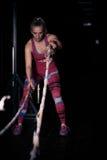 Geschiktheid het vechten kabels bij de geschiktheidsoefening van de gymnastiektraining Jonge vrouw die sommige crossfitoefeningen Stock Foto