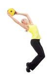 Geschiktheid met bal: jonge vrouw die oefeningen doen Royalty-vrije Stock Afbeeldingen