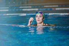 Geschiktheid opleiding in de pool Stock Foto's