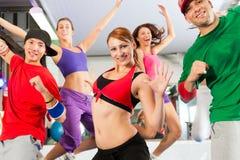 Geschiktheid - Zumba danstraining in gymnastiek Stock Afbeeldingen