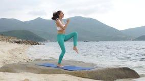 Geschiktheids gezonde vrouw die sportieve oefening op strand doen buiten bij zonsondergang stock footage
