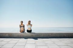 Geschiktheids jonge meisjes die na het lopen in stad ontspannen Stock Fotografie