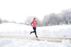 Geschiktheids lopende vrouw in wintertijd stock afbeelding