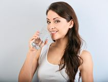 Geschiktheids sterke gelukkige glimlachende vrouw die met gezonde huid en lang krullend haar zuiver water drinken close-up royalty-vrije stock foto's