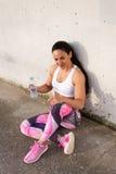 Geschiktheids sterke vrouw die voor drinkwater rusten royalty-vrije stock afbeelding