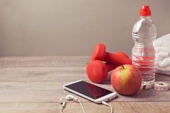 Geschiktheidsachtergrond met fles van water, appel en smartphone royalty-vrije stock afbeelding
