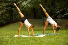 Geschiktheidsklasse Mooie jonge vrouwen die oefening doen bij de zomerpa royalty-vrije stock afbeelding