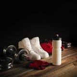 Geschiktheidsmateriaal en supplementen op houten vloer in gymnastiekgeschiktheid Royalty-vrije Stock Afbeeldingen