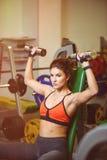 Geschiktheidsmeisje bij de gymnastiek met domoren Stock Foto's