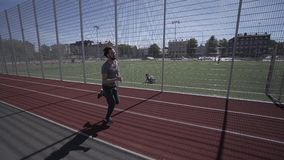 Geschiktheidsmens bij het rode de stadion modelzomer lopen in werking wordt gesteld die stock footage