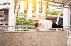 Geschiktheidsmens die planking sterk mannetje met spierlichaam doen openlucht stock afbeelding