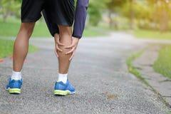 geschiktheidsmens die zijn sportblessure, spier houden pijnlijk tijdens opleiding royalty-vrije stock afbeelding