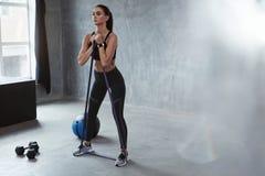 Geschiktheidsoefening Sportenvrouw die met Weerstandsband uitoefenen stock afbeelding