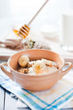 Geschiktheidsontbijt met gezonde muesli en zaden Stock Afbeelding