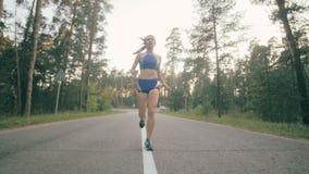Geschiktheidstraining Het jonge vrouw lopen Vrouwelijke agentjogging op een parkweg Geschiktheidstraining Slowmotion stock video