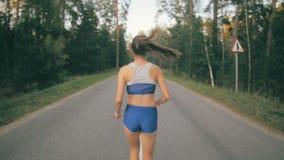 Geschiktheidstraining Het jonge vrouw lopen Vrouwelijke agentjogging op een parkweg Geschiktheidstraining Slowmotion stock videobeelden